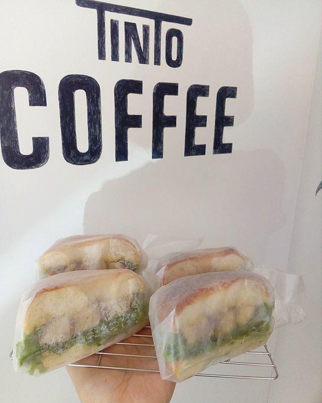 """こんにちは今日のサンドイッチは""""バジルチキンサンドイッチ""""ですたっぷりのジェノベーゼソースに浸けたチキンをオーブンでじっくり焼いた特製サンドですランチにいかがですか? TINTO COFFEE 月ー金  9:00ー18:30土・祝 10:00ー18:30#coffee#coffeetime#coffeestand#tintocoffee#cake#cookie#お菓子#ケーキ#クッキー#コーヒー#コーヒースタンド#渋谷#青山"""