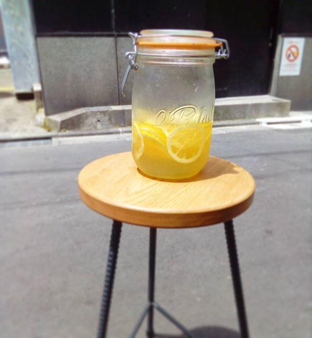 密かな人気者🍋🍋ハチミツレモン🍋🍋 .水·ソーダ·お湯割りがあります暑い日はスッキリとソーダ割りがおすすめです~