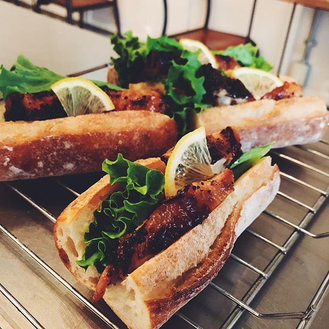 今日のサンドイッチは、ハニーマスタードチキンのバゲットサンドです!チキンをレモンが隠し味のソースに漬け込みました。冷たいコーヒーと一緒にどうぞ!#tintocoffee #coffeestand #coffee #渋谷 #sandwich