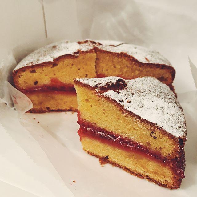 MOLOCOE CAKESさんの焼き菓子、入荷しました!売り切れ御免!今回のビクトリアケーキは、レモンとプラムのジャムがサンドされています。甘酸っぱくて爽やかな甘さです。【今日のラインナップ】・ビクトリアケーキ・ブランデーとプラムのパウンド・チョコレートクッキー・メイプルクッキー次回は8/24(木)に入荷する予定です。#coffee #coffeetime #tintocoffee #coffeestand #molocoecakes #ビクトリアケーキ #パウンドケーキ #クッキー #cake #cookie