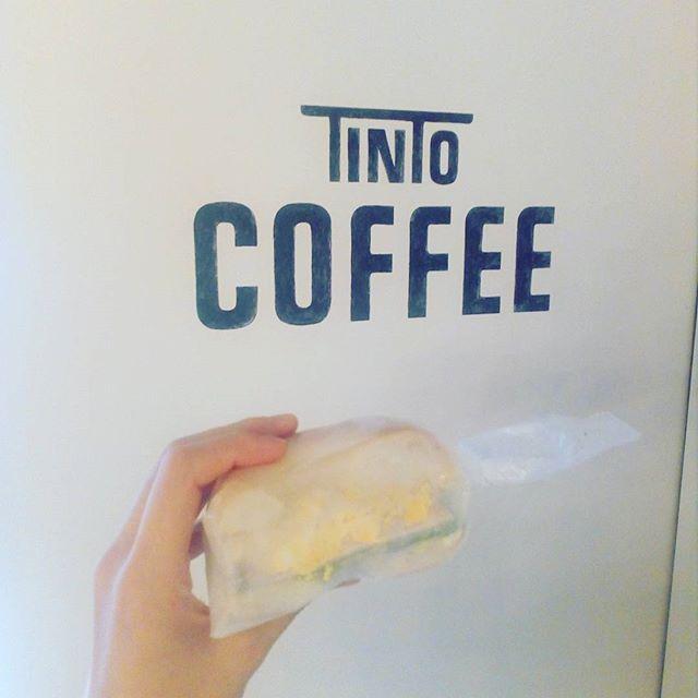 [今日のベーグルサンドイッチ] たまごハムチーズです。少し肌寒いのでホットコーヒーと一緒にいかがですか?