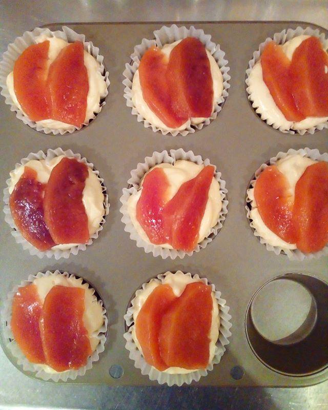 ワッサーとクリームチーズのマフィン焼いてます~ ワッサー:ネクタリンと桃の良いとこ取りをしているフルーツの事です