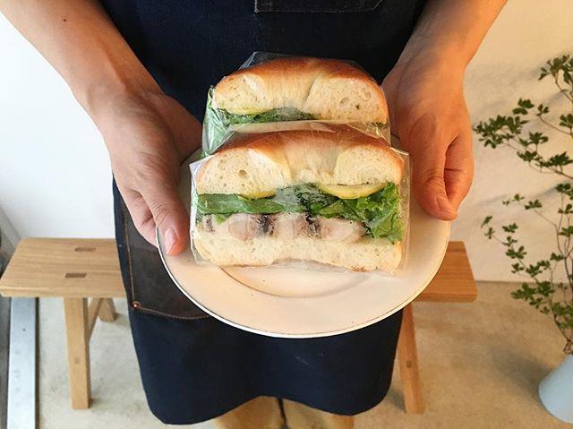.本日のサンドウィッチは【アジア風チキンのサンドウィッチ】です!ナンプラーと蜂蜜とオイスターソースでチキンの味付けをしています食欲をそそる風味ですよね。本日も18時半まで、元気に営業しております.#coffee#coffeetime#coffeestand#渋谷#青山#表参道