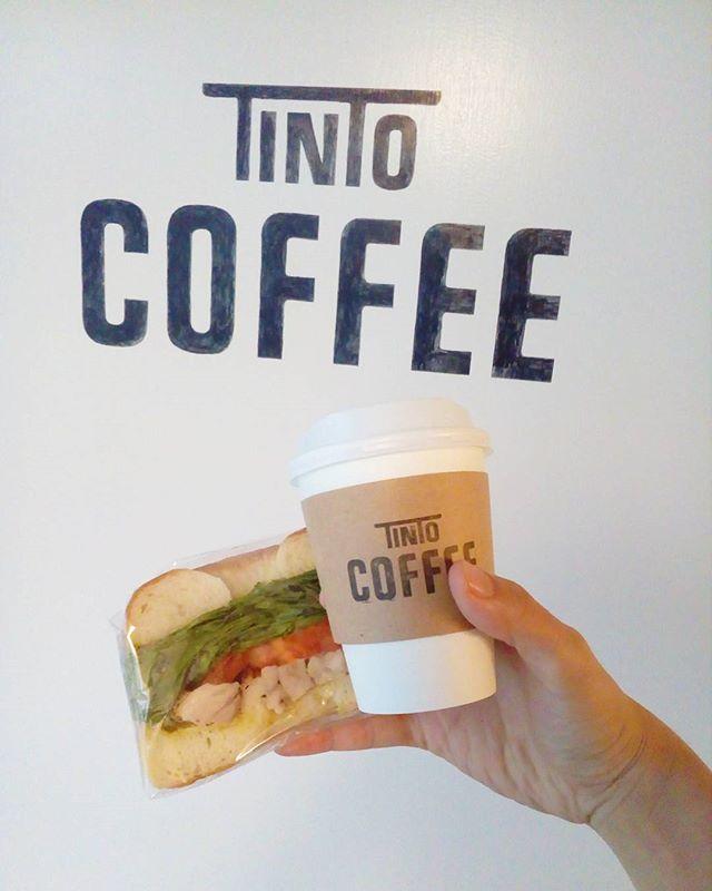 """今日は寒いですね 今日のサンドイッチは""""バジルチキンベーグルサンド""""ですおもちかえりもできます♪暖かいコーヒーといかがですか"""