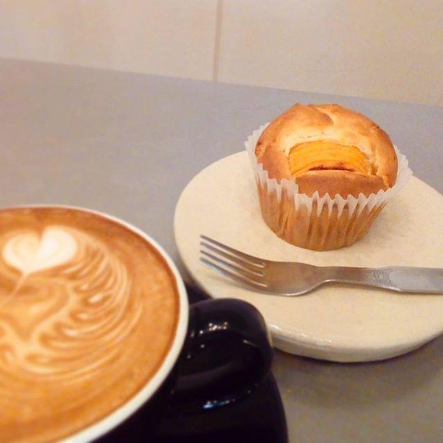 柿クリームチーズマフィンとカフェラテでゆっくり休憩しませんか?TINTO COFFEE 月ー金  9:00ー18:30土・祝 10:00ー18:30#coffee#coffeetime#coffeestand#tintocoffee#cake#cookie#お菓子#ケーキ#クッキー#マフィン#コーヒー#コーヒースタンド#渋谷#青山