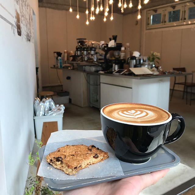 気持ちの良いお天気の日には、ベンチ席もおすすめ!今日はテラコーヒーのテラさん直伝、【クルミと黒糖の大判クッキー】を仕込んでいます。おやつの時間に間に合うよう焼きますね^ ^#tintocoffee #coffee #cookies #shibuya #コーヒー #クッキー