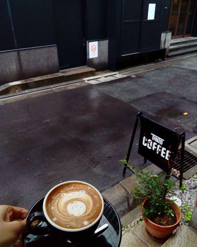 今日は勤労感謝の日OPENしてますコーヒー飲んでゆったりと日頃の疲れを取ってくださいねまだ雨ですが晴れるらしいです#TINTOCOFFEE#tintocoffee #渋谷#青山#表参道#COFFEE#コーヒー#珈琲#スペシャリティーコーヒー #焼き菓子 #クッキー#ケーキ#カエルをかぶった少女のラテアート#どうゆうシチュエーション?