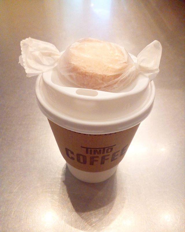 おはようございます♪【朝にコーヒー買いに来てくれるお客さんに甘いお知らせです】今日から一口サイズのクッキーをお配りしています忙しい朝に少しだけでもhappyになってもらえれば嬉しいです♪ ※数に限りがございます。 OPENから11時までお配りしています。