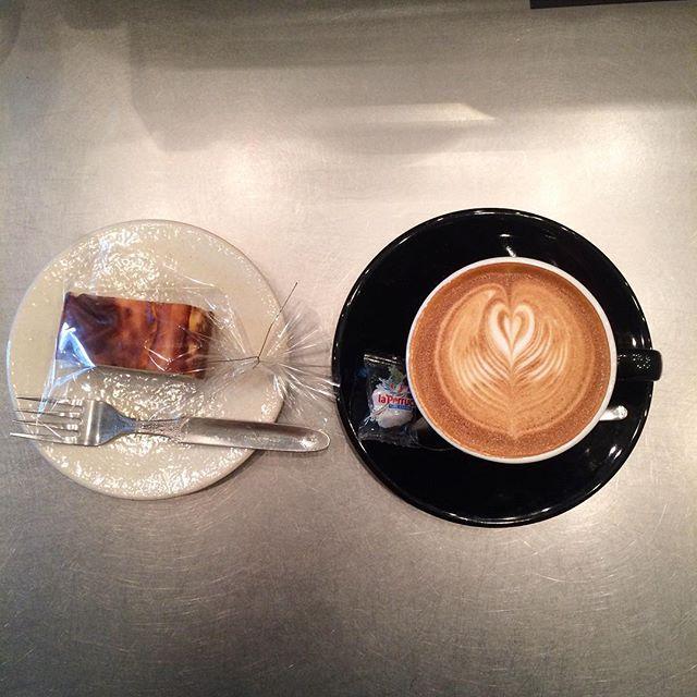 チーズケーキ焼けました♪カフェラテと相性バッチリですーーー︎ 寒いので暖かくしてお出かけくださいね️ #tintocoffee #渋谷#青山#表参道#コーヒー