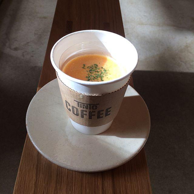 おはようございます♪最近は暖かくて外に出る気になりますね︎昨日は横浜赤レンガ倉庫でやっているダンスコレクションのコーヒーとゆうダンスプログラムを観てきました飲むのも観るのもコーヒーは奥が深くて面白いです!さてさて今日のスープはトマトと人参マフィンはブルーベリークリームチーズですーーー︎ #コーヒー#tintocoffee #コーヒー#表参道#青山#渋谷#サンドイッチ#クッキー#マフィン#スープ