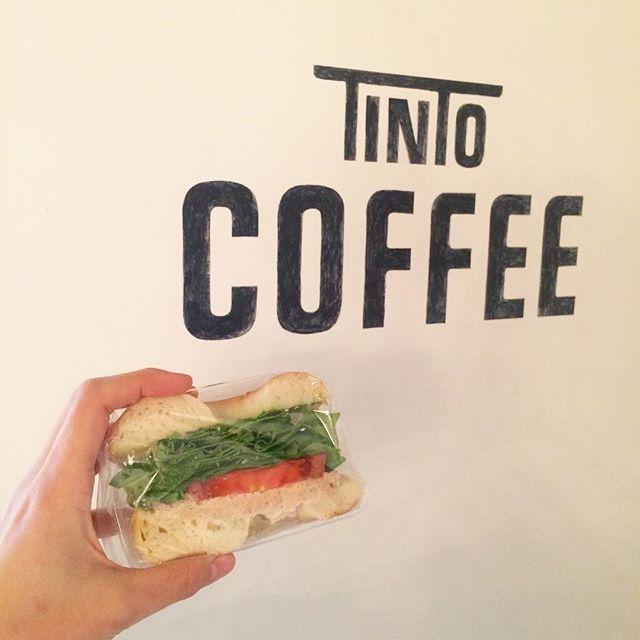 今日のサンドイッチはツナ&トマトです ブロッコリーとジャガイモのスープもあるのでぜひお昼にどうですか?太陽が出てきたけど、まだ風が冷たいので店内でゆっくり暖まっていってくださいね︎ #tintocoffee #青山#表参道#渋谷#サンドイッチ#クッキー#焼き菓子#ツナ#マフィン