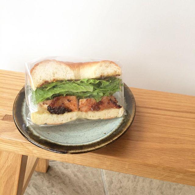 """今日のサンドイッチは""""ハニーマスタードチキン""""です︎ 昨日とは違って肌寒いので温かいソイラテと一緒にいかがですか?お待ちしてます チーズケーキもあります♪#渋谷#青山#表参道#tintocoffee #coffee#cookies#cake#サンドイッチ#コーヒー#クッキー"""