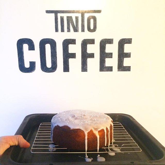 おはようございます︎ 今日は良い天気ですね︎︎ついに半袖デビューしました︎ ハニーレモンがたっぷり入っていて、レモンのアイシングをこれまたたっぷりかけたさっぱり系ケーキ焼けてます🍋蜂蜜の様な甘さのするコスタリカのハンドドリップと一緒にいかがですか?お待ちしてます♪ #tintocoffee #coffee#cake#cookies#コーヒー#ケーキ#クッキー#サンドイッチ#渋谷#表参道#青山
