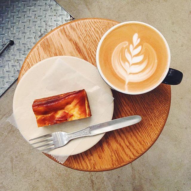 .おはようございます!朝から雨が降り続いて、ぐっと寒くなりましたね。。本日は朝からベイクドチーズケーキが並んでおります。ケーキの甘さがラテのほろ苦さを引き立てます。昨日から深煎りはタンザニア、浅煎りはペルーをお楽しみいただけます。寒い日には温かいコーヒーを。一息つきに是非いらして下さい♪#coffee #latte #cheesecake #shibuya #omotesando #coffeeshop #tintocoffee