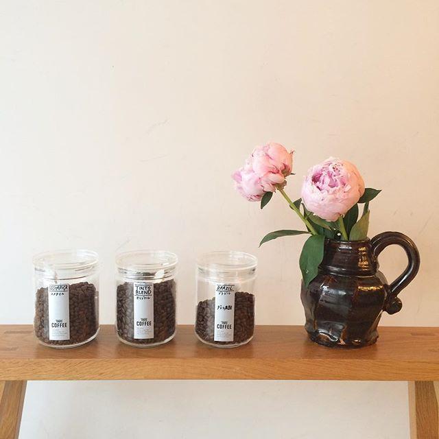 こんにちは︎ 今日の豆情報︎浅煎り コスタリカ深入り ブラジルTINTOブレンドです︎ スッキリフルーティーで甘さもあるコスタリカ🇨🇷ナッツの様な香ばしさを感じるブラジル🇧🇷悩みます︎ アイスコーヒーは深煎りのブレンドでお淹れ致します︎(シングルの豆はプラス100円でアイスコーヒーにもできます)#TINTOCOFFEE#coffee#cake#cookies#シロップジュース#ホットチョコレート#渋谷#表参道#青山#ビスコッティ