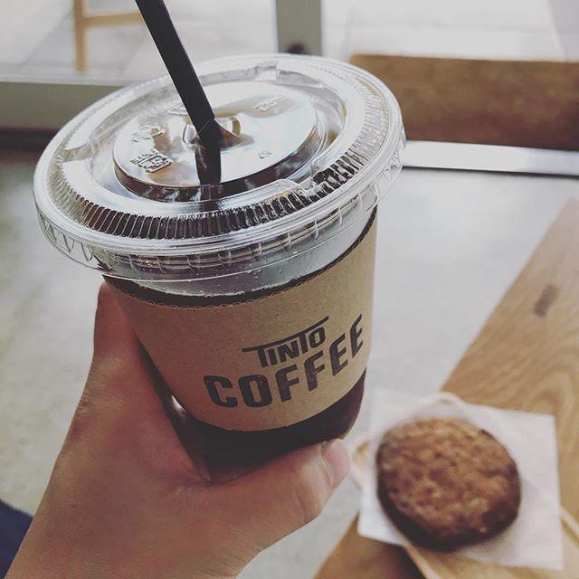 すぐにお出しできる本日のコーヒー、アイスもあります!焼きたてのくるみと黒糖のクッキーと一緒にいかがですか? ●本日は都合により17:30で閉店させていただきます。よろしくお願いいたします。#tintocoffee #coffee #shibuya #icedcoffee #cookie
