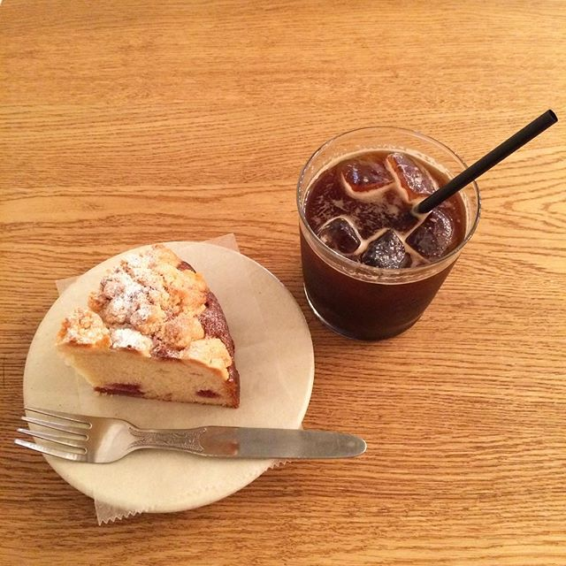 ストロベリークランブルケーキ焼けました自家製のストロベリージャムとサクサククランブルがアクセントになったしっとりケーキです!ぜひお試しください︎ #TINTOCOFFEE#coffee#cake#cookies#シロップジュース#ホットチョコレート#渋谷#表参道#青山#ビスコッティ#ケーキ