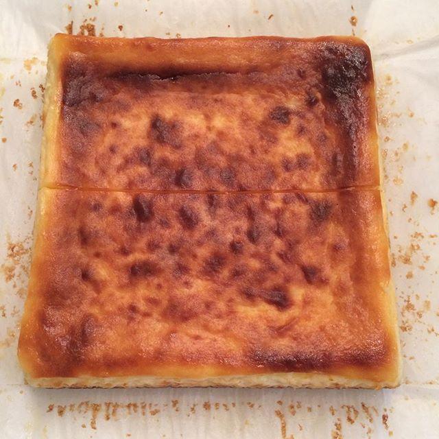 おはようございます︎︎ ベイクドチーズケーキ焼けました♪クリームチーズとサワークリームの濃厚でギュッとしたチーズケーキです。浅煎りのエチオピアのコーヒーと食べても、自家製のスパイスジンジャーエールと食べても合うと思います🍋店内涼しくして待ってます#TINTOCOFFEE#coffee#cookies#cake#コーヒー#チーズケーキ#クッキー#カフェラテ#テイクアウト#イートイン#渋谷#表参道#青山#渋谷コーヒー