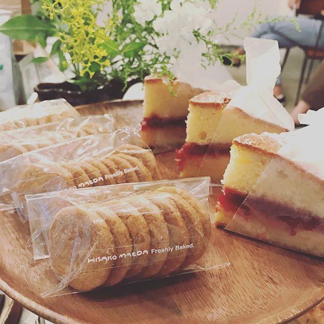 HISAKO MAEDAさんの焼き菓子が届いています。定番のビクトリアケーキは、ルバーブとすぐりの赤いジャムです。他にもパッションフルーツとアプリコットのブロンディ、ココナッツのバタークッキーが並んでいます。どれもおいしそうで迷ってしまう〜ぜひお早めにお求めください!#tintocoffee #coffee #shibuya #焼き菓子 #hisakomaeda