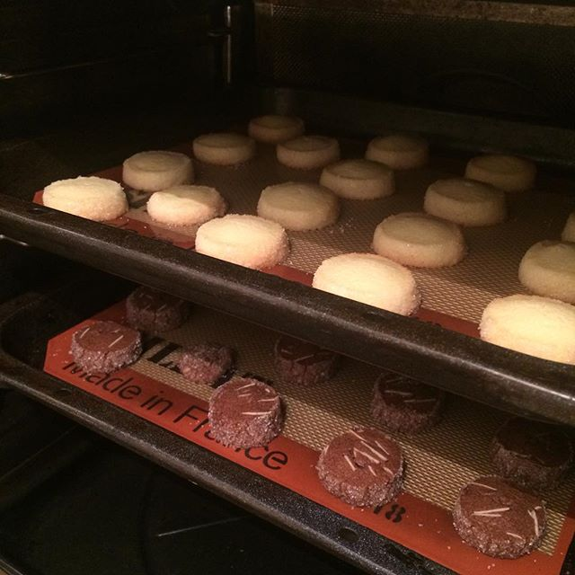 【アイスボックスクッキー バニラ&ココア】焼けました♪サクッほろ!パクパク食べれちゃうクッキーです︎ 今日も18:30までOPENしてます︎ #TINTOCOFFEE#coffee#cake#cookies#コーヒー#ケーキ#クッキー#渋谷#表参道#青山#渋谷コーヒー#ケーキ#サンドイッチ#チーズケーキ