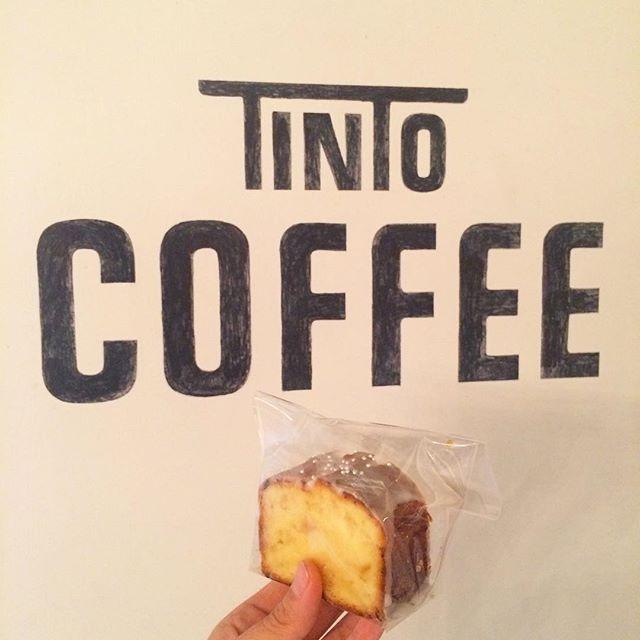 【レモンアイシングケーキ】しっとり焼き上げたレモンケーキを分厚くカットしてレモンのアイシングをたらしました︎ 今日は肌寒いのでソイラテのホットと合わせて食べるのがオススメです︎ #TINTOCOFFEE#coffee#cake#cookies#コーヒー#ケーキ#クッキー#渋谷#表参道#青山#渋谷コーヒー#ケーキ#サンドイッチ#レモンケーキ