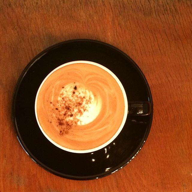 .今日は肌寒いですね️ .タオルケット一枚で寝た事を後悔しています...TINTOCOFFEEオリジナルのTINTOCOFFEE飲んで体を温めてください︎. 黒糖のシロップの入ったふんわりと甘いラテです︎ #TINTOCOFFEE#coffee#cake#cookies#コーヒー#ケーキ#クッキー#渋谷#表参道#青山#渋谷コーヒー#ケーキ#サンドイッチ