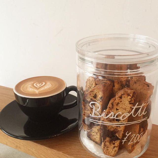 .【ビスコッティ】チョコとアーモンドのザクザクビスコッティはそのままでもカプチーノに浸けて食べても美味しいんです︎♪ 雨なので店内でゆっくりしていってくださいね︎ #TINTOCOFFEE#coffee#cake#cookies#コーヒー#ケーキ#クッキー#渋谷#表参道#青山#渋谷コーヒー#ケーキ#サンドイッチ#レモンシロップ