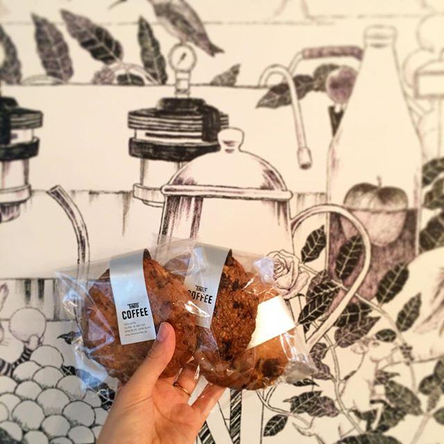 3連休最終日どうお過ごしですか?曇ってはいますが、雨雲レーダーによると今のところ雨は降らないみたいです︎さてさて、今日TINTOCOFFEEには人気の大判クッキーが3種類もあります︎・定番のオートミールクッキー・リピーターの多い胡桃黒糖クッキー・最近再登場したチョコチャンククッキーです︎ お待ちしてます︎ #TINTOCOFFEE#coffee#cake#cookies#コーヒー#ケーキ#クッキー#渋谷#表参道#青山#渋谷コーヒー#ケーキ#サンドイッチ#レモンシロップ