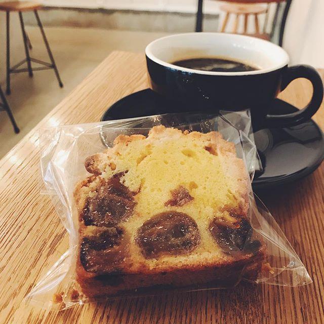 クイーンニーナという長野県産のぶどうをセミドライレーズンにして、パウンドケーキにたっぷり入れました。コーヒーと合わせて召し上がってください! ..【営業時間変更のお知らせ】●10/30(火)までの平日は、18時に閉店させていただきます。●10/27(土)は13時開店、18時30分に閉店いたします。