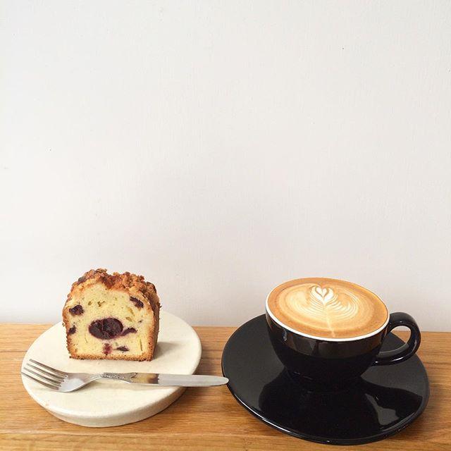 .おはようございます︎ .ダークチェリーのブランデー漬けとクランブルのケーキは生地にも少しブランデーを入れて焼き上げました。上に乗せたサクサクのクランブルが良いアクセントになってます。.ホットのカフェラテと食べるのがおすすめです︎ .#TINTOCOFFEE#coffee#cake#cookies#コーヒー#ケーキ#クッキー#渋谷#表参道#青山#渋谷コーヒー#ケーキ#サンドイッチ#レモンシロップ
