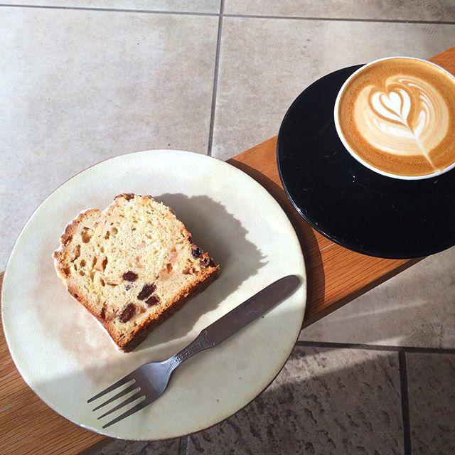 【林檎とレーズンのクランブルケーキ】焼けてます︎カフェラテと一緒にいかがですか?#TINTOCOFFEE#coffee#cake#cookies#コーヒー#ケーキ#クッキー#渋谷#表参道#青山#渋谷コーヒー#ケーキ#サンドイッチ#レモンシロップ