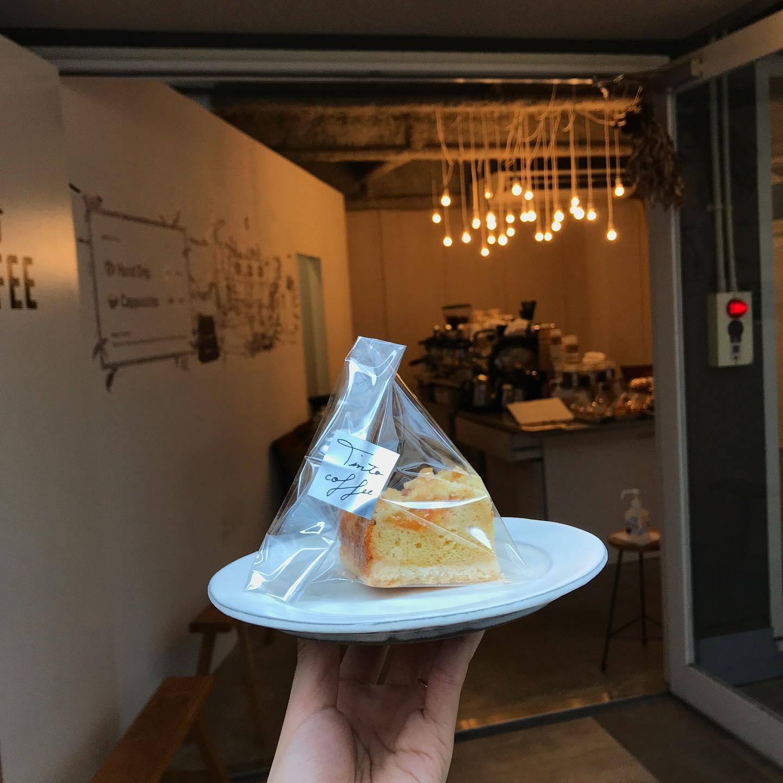 .おはようございます︎今日から4連休始まりましたね。TINTO COFFEEも20、21、22日とお休みをいただきます。今日のケーキは【プラムのクランブルケーキ】ですサクサククッキー生地としっとりスポンジ生地とクランブルの三層になっています︎フレッシュなプラムをスライスしてそのまま焼いたので甘酸っぱくて癖になっちゃう味ですよ♪ぜひお試しください︎本日も17:30まで営業致します。【コーヒー】・ホンジュラス 浅煎り・ガテマラ   深煎り・TINTO ブレンド.【本日のシロップジュース】・蜂蜜レモン・パイナップル ライム・梨【TINTO COFFEE】Mon-Fri  9:00-17:30 Sat.  11:00-17:30 .※祝日はしばらくの間お休みさせていただきます。#tintocoffee #coffee #cake #cookies  #渋谷 #表参道#コーヒー#ハンドドリップ#シロップジュース #tintocoffee #ケーキ#チーズケーキ#クッキー#渋谷コーヒー#渋谷コーヒーショップ #エスプレッソ