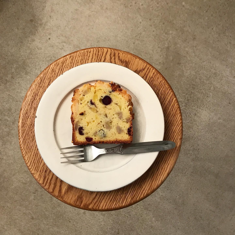 .//バナナとクランベリーのパウンドケーキ//いつものバナナブレッドはペースト状にしたバナナを入れているのですが、今回のパウンドケーキは大きめに崩してゴロゴロとしたバナナを感じられますカプチーノと一緒にまったりしませんか︎?今日も17:30まで営業致します。雨のですが、今日も良い1日を~︎【コーヒー】・ホンジュラス 浅煎り・ガテマラ   深煎り・TINTO ブレンド.【本日のシロップジュース】・蜂蜜レモン・パイナップル ライム・梨【TINTO COFFEE】Mon-Fri  9:00-17:30 Sat.  11:00-17:30 .※祝日はしばらくの間お休みさせていただきます。#tintocoffee #coffee #cake #cookies  #渋谷 #表参道#コーヒー#ハンドドリップ#シロップジュース #tintocoffee #ケーキ#チーズケーキ#クッキー#渋谷コーヒー#渋谷コーヒーショップ #エスプレッソ