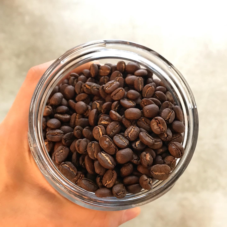 .\ NEW //浅煎りの豆がかわりました︎ケニア カラツ・ファクトリーです。浅煎りなのですが、しっかりとしたコクもあり、フルーティーさもあるコーヒーです︎🥕キャロットケーキもあります🥕本日も17:30まで営業致します。良い1日を~︎【コーヒー】・ケニア    浅煎り・ガテマラ   深煎り・TINTO ブレンド.【本日のシロップジュース】・蜂蜜レモン・パイナップル ライム・梨【TINTO COFFEE】Mon-Fri  9:00-17:30 Sat.  11:00-17:30 .※祝日はしばらくの間お休みさせていただきます。#tintocoffee #coffee #cake #cookies  #渋谷 #表参道#コーヒー#ハンドドリップ#シロップジュース #tintocoffee #ケーキ#チーズケーキ#クッキー#渋谷コーヒー#渋谷コーヒーショップ #エスプレッソ